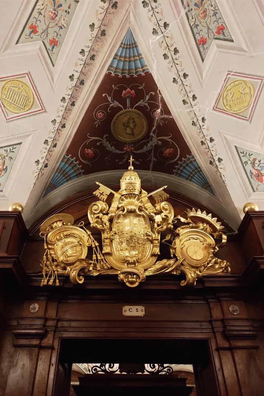 stemma-papale-e-comunale-biblioteca-macerata-visitare-le-marche