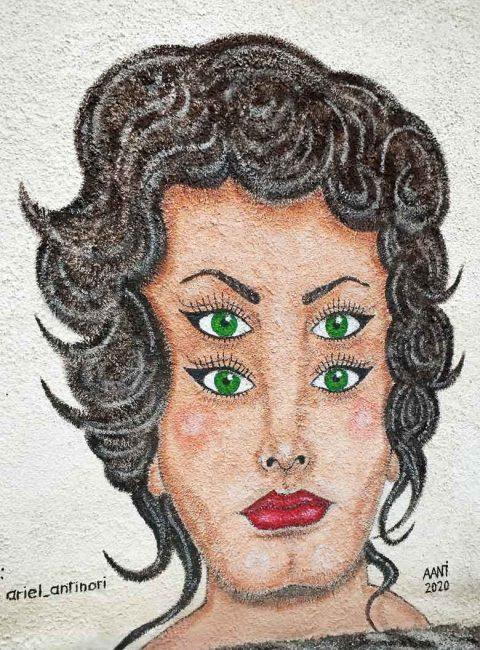 braccano murales donna con quattro occhi