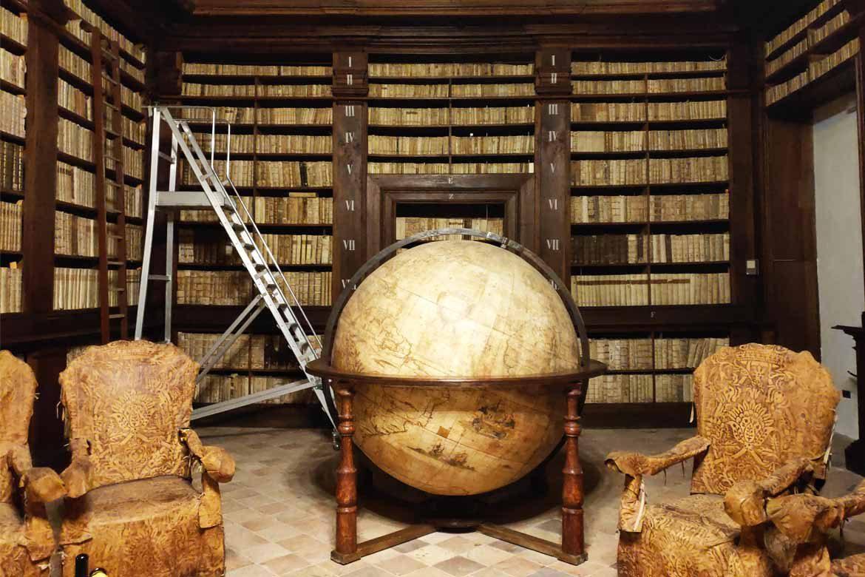 sala del mappamondo della biblioteca di fermo